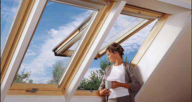 Sorolt Velux GPL tetőtéri ablak kinyitott állapotban