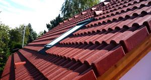 Velux GGU tetőtéri ablak, Bramac Római betoncserépbe beszerelve. Az ács munkákat és a tetőfedést is a cégünk kivitelezte.