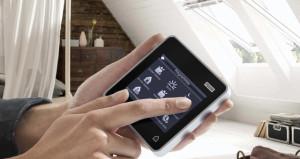 Az új VELUX INTEGRA® vezérlő swipe technológiájú, intuitív érintőképernyő.