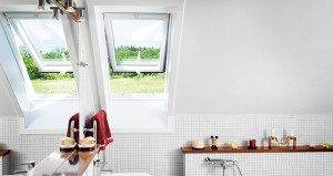 Sorolt Velux GPU tetőtéri ablakok a fürdőszobában
