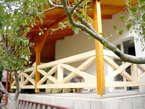 Ács és tetőfedő munkák Gödön, ahol ez a fakorlát is készült.