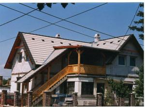Ácsmunka Gödön. Az elkészült ácsszerkezet Bramac tetőfedést kapott. Egy db Velux tetőtéri ablakot építettünk be.