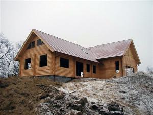 A rönkház összeszerelését, az ács és tetőfedő munkákat és a tetőablak beszerelést készítettük. A tető Tondach cserépfedést kapott.