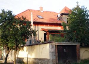 Szobi ács, tetőfedő munkák során Bramac cserepet és Velux tetőablakot építettünk be.