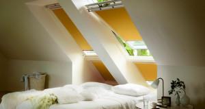 Velux DKL típusú fényzáró roló a hálószobában